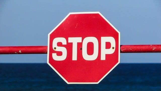 Panneau stop en forme d'octogone